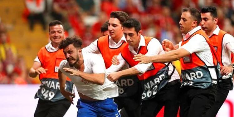 Maçta Sahaya Atlayan Ünlü Youtuber Deli Mi Ne Abdü Özür Diledi